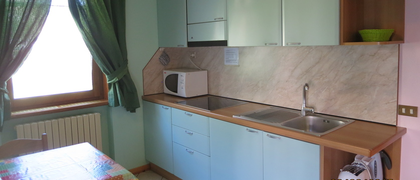 italy_livigno_la-pineta-fiorella-apartments_kitchen.jpg